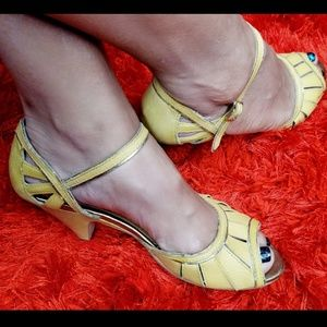 Sexy lil yellow flapper style heels
